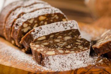 Кулинарный рецепт: Шоколадная колбаска со сгущенным молоком, печеньем и орехами на ГОТОВИМ СМАЧНО