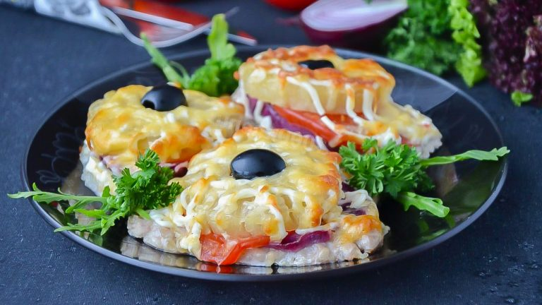 Свинина с ананасами, помидорами и сыром