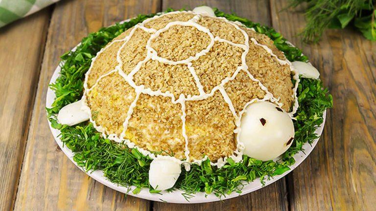 Салат «Черепаха» с курицей, яблоком и орехами