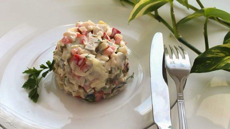 Салат из копченой скумбрии с маринованными огурчиками
