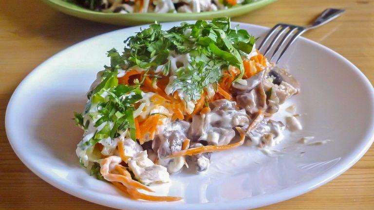 Кулинарный рецепт: Салат с курицей, грибами, морковью по-корейски и огурцами на ГОТОВИМ СМАЧНО