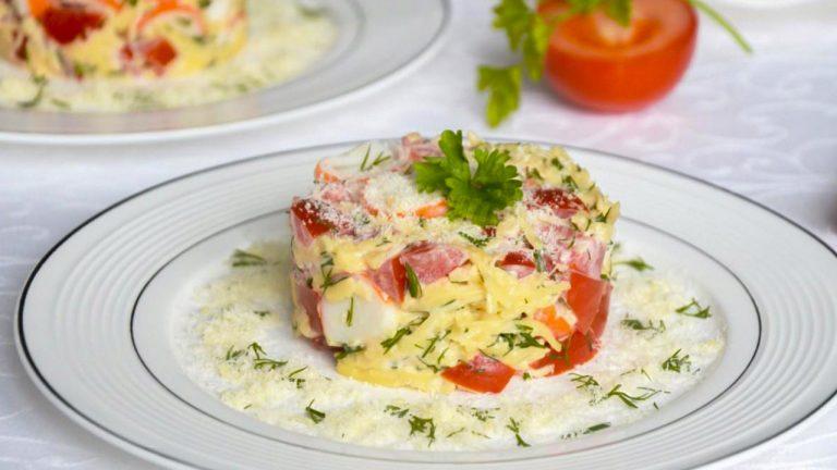 Кулинарный рецепт: Салат с крабовыми палочками помидорами и сыром на ГОТОВИМ СМАЧНО
