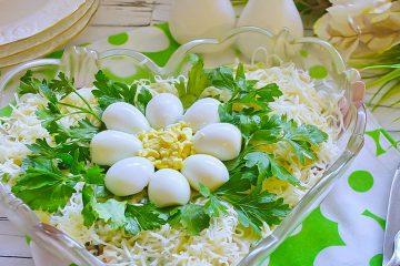 Кулинарный рецепт: Салат «Ромашка» со свининой и сыром на ГОТОВИМ СМАЧНО