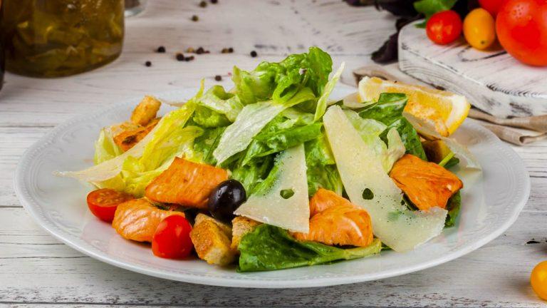 Кулинарный рецепт: Салат «Цезарь» с семгой на ГОТОВИМ СМАЧНО