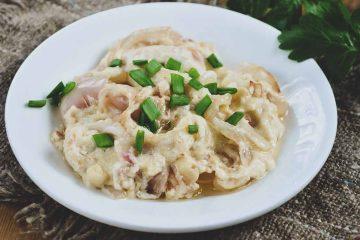 Кулинарный рецепт: Тушеные в сметане кальмары с луком ~ ГОТОВИМ СМАЧНО
