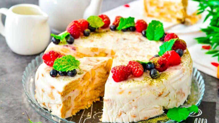 Торт без выпечки из печенья и банана на сметанном креме